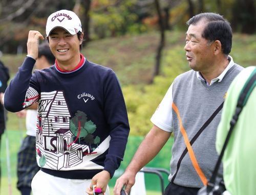 練習場で中嶋(右)と談笑する石川(撮影・亀山泰宏)