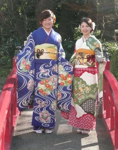 振り袖姿で18年の活躍を誓った成田(左)と菊地