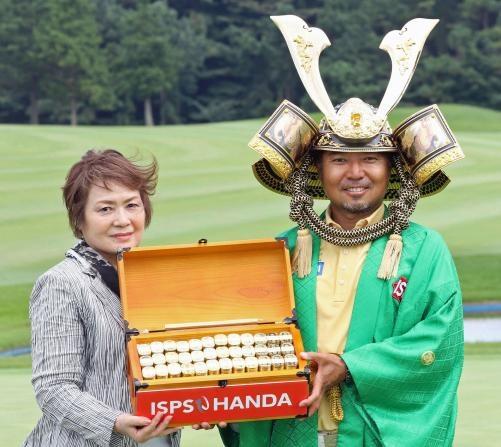 優勝賞金5000万円を獲得した片山は母節子さんと写真に納まる(撮影・亀山泰宏)