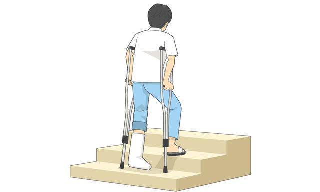 松葉杖を使った両手で階段を上るとき