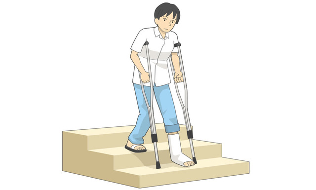 松葉杖を使って階段を下りるとき