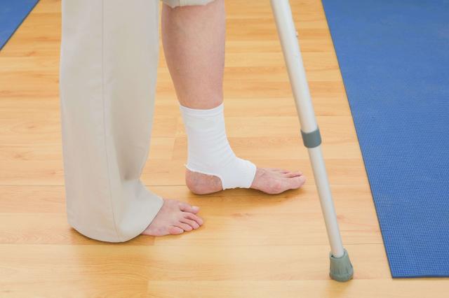 片方(1本)での松葉杖の使った歩き方