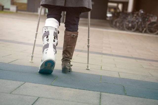 松葉杖を使うときや足をケガしたときの便利グッズ