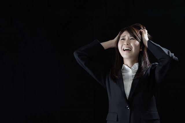 ストレスで自律神経が乱れる女性のイメージ