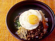 目玉焼きのせビビンバ(韓国風混ぜご飯)