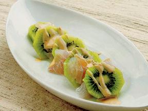 白身魚とキウイフルーツのヨーグルトソース添え