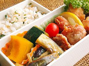 サケわかめご飯と鶏唐揚げ弁当