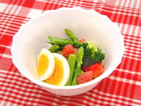 卵と緑の野菜サラダ