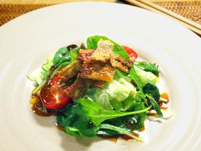 カリカリ鶏皮とフレッシュ野菜のサラダ