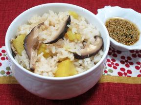 サツマイモと干しシイタケの炊き込みご飯