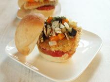サケとグリル野菜のサンドイッチ