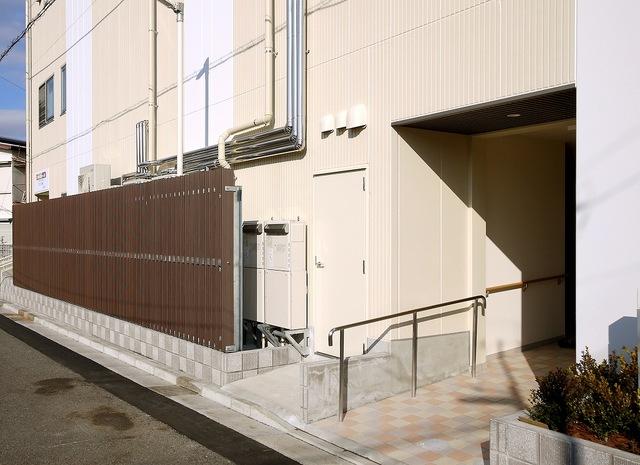 建物入り口と設備ファーリング