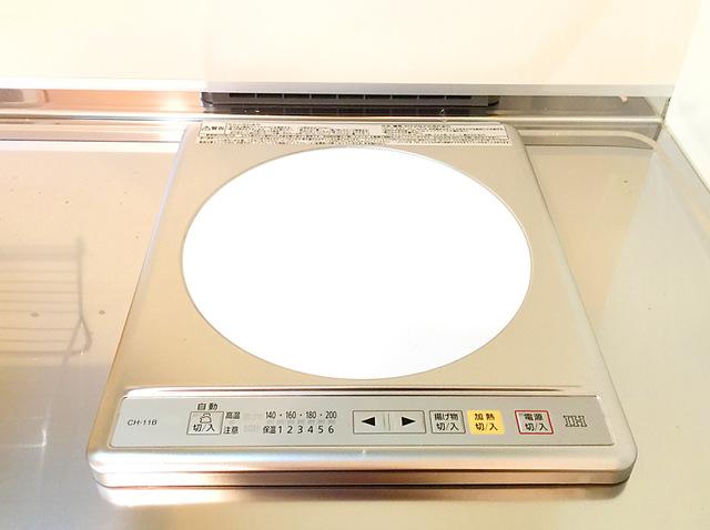 居室キッチンの電磁式コンロ