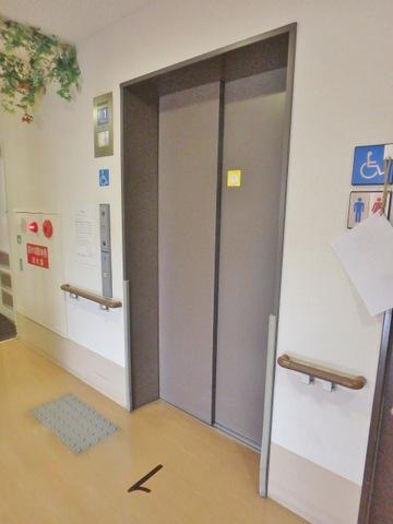 食堂前のエレベーターです