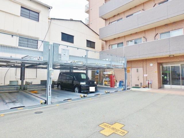 施設前にある立体駐車場です
