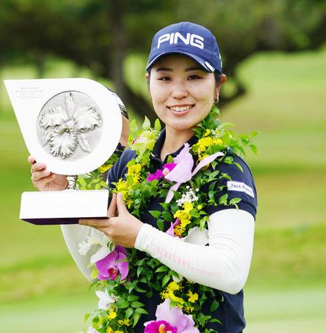 5アンダーで優勝を決めた比嘉真美子はトロフィーを手に笑顔を見せる(撮影・奥田泰也)