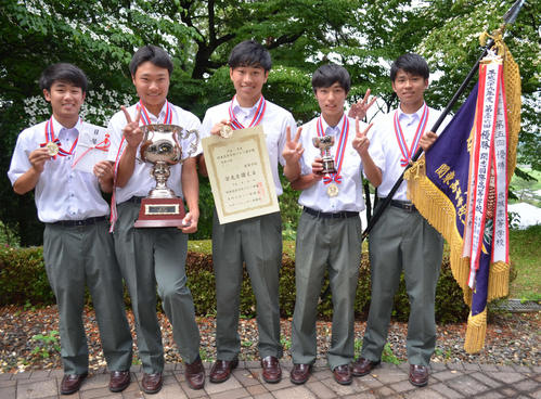 男子初優勝の佐久長聖。左から小出、岩崎、新村、比嘉、織井(撮影・吉池彰)