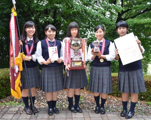 女子で初優勝した麗沢。左から吉田、佐藤、西郷、六車、長野(撮影・吉池彰)