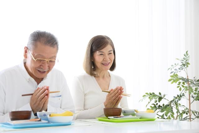 シニア夫婦の食事風景