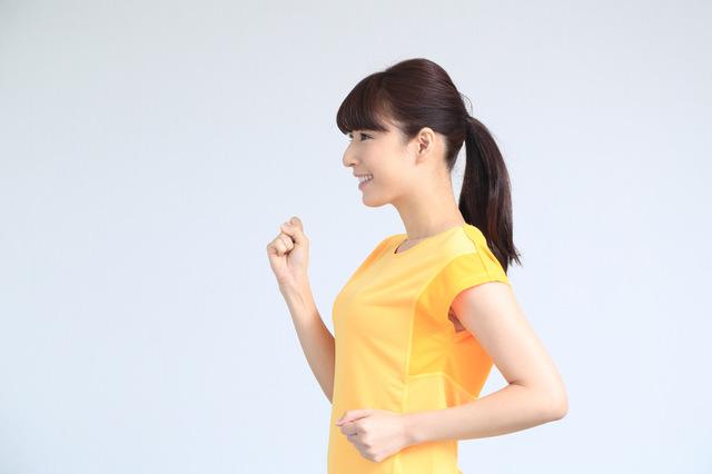 正しいフォームでランニングをすることで肩こりや腰痛の改善につながる