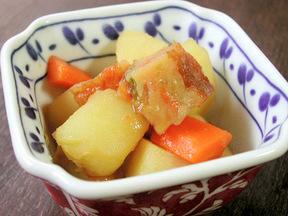 ジャガイモとニンジンとさつま揚げの甘辛煮