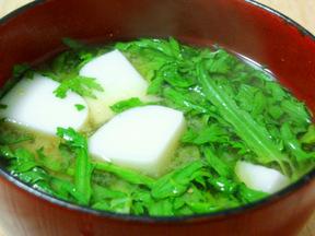 春菊とかまぼこの味噌汁