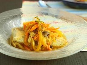 サフラン風味の野菜スープ添え