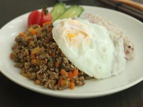 お肉&野菜そぼろのせワンプレートご飯