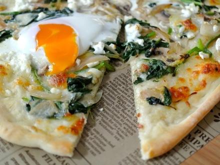 ホウレンソウと卵のピザ