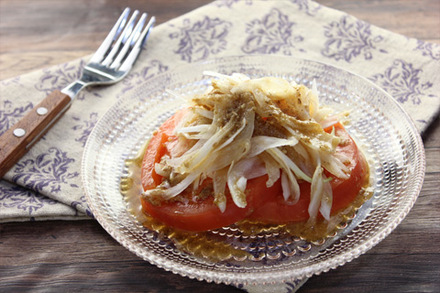 新タマネギとトマトのサラダ