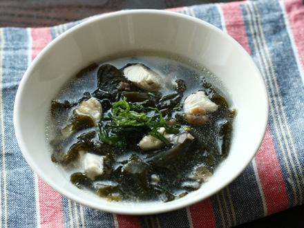 鶏ささみとワカメの梅風味スープ