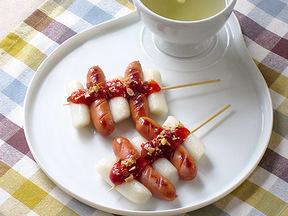 ソーセージと餅の串焼き(ソトックソトック)