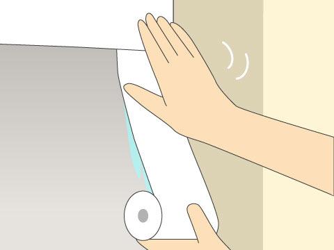古い壁紙を剥がし、壁の四隅に下地押さえ紙を張る